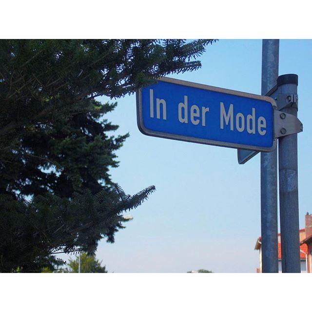 True blue. Ab jetzt wieder wieder für Sie in der Mode: der herrliche Spätsommer.  <3  #Sommer #blauerHimmel #September #Straßenschild #Ballenstedt #sachsenanhalt #straße #schild #summer #sunny #tree #bluesky #anhaltenundeinFotomachen