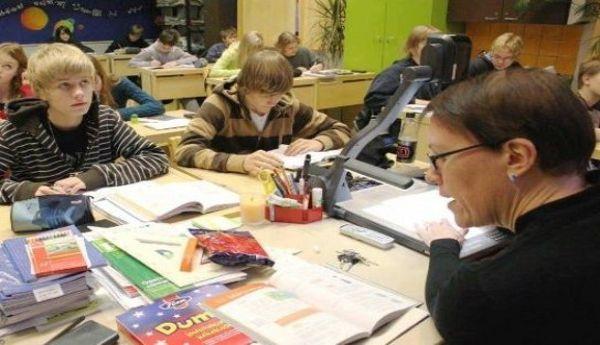 Finlandia, una de los paises numero uno en educacion, tiene un sistema de enseñanza muy destacada, haciendo que su pedagogia sea una eminencia; trabajando de manera  y concisa