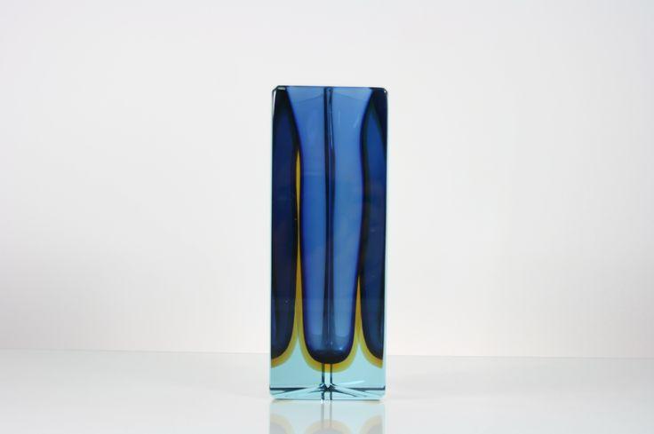 Hipnotyzujący pryzmatowy wazonik z grubego ciętego szkła. #vintage #vintagefinds #vintageshop #forsale #design #midcentury #midcenturymodern #vase #italy