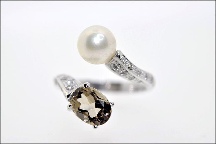 Verlovingsringen   Juweliers Claessens Handmade diamond pearl quartz engagement ring white gold 18kt // weddings, bridal style, engagement jewelry, special design, unique