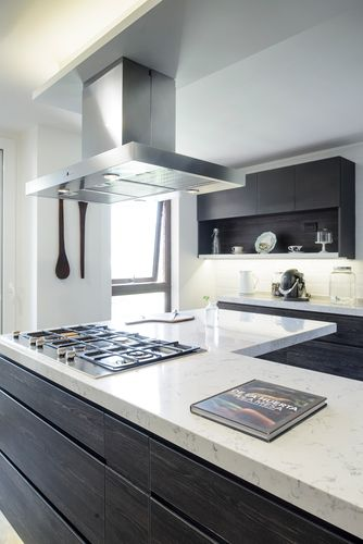Hielo sur dise%c3%b1o cocina muebles tiradores oscuro negro roble antracita masisa cubierta silestone lyra campana decorativa