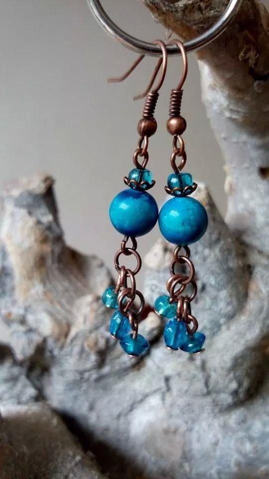 Koperen oorbellen gemaakt van turquoise (edelsteen), koperen ringetjes en blauwe glaskralen. VERKOCHT