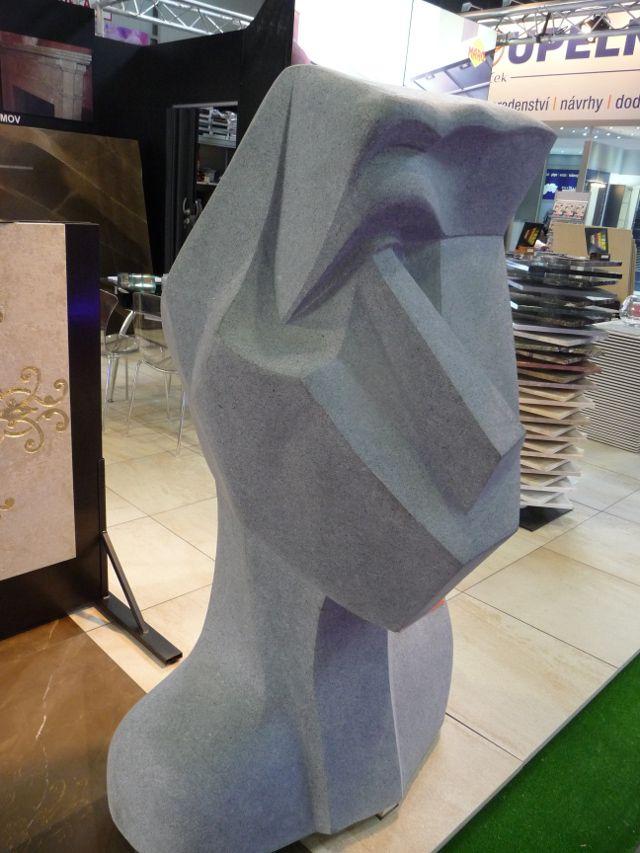 Kubistická socha z masivní žuly je v současné době k dispozici skladem ihned k odvozu. Výška sochy je cca 1,5 m a váha cca 1500 kg.