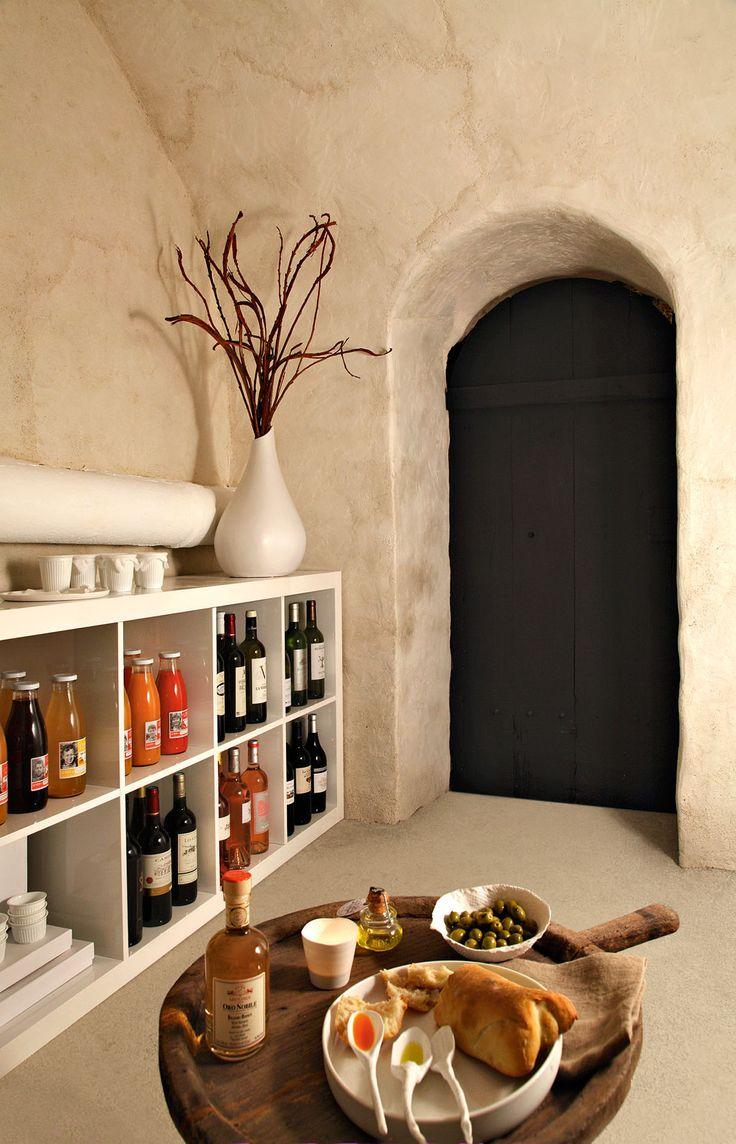 Cette cave voûtée en pierre, de 13 m2, présente un potentiel caché, qui une fois révélé lui donnera un style digne d'un lieu de dégustation… Une chape de béton pour le sol, une isolation pour les murs, des rangements astucieux, et la cave est transformée !