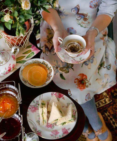 Τώρα που χαλαρώνουμε είναι καιρός για γιορτινές απογευματινές συνευρέσεις και ένα τσάι-πάρτι μάς βάζει σε στιλάτους πειρασμούς. Δεν εννοούμε πολιτική φράξια αλ' αμερικέν, κομψό τεϊοποτικό πνεύμα έχουμε στο μυαλό μας, διευρύνοντας με σύγχρονο τρόπο την εγγλέζικη συνήθεια.