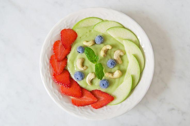 Recept avokado smoothiebowl: 1/4 avokado 1/2 citron 1 dl ananas/mango 1/2 fryst banan 1 dl havremjölk  1-3 cm ingefära