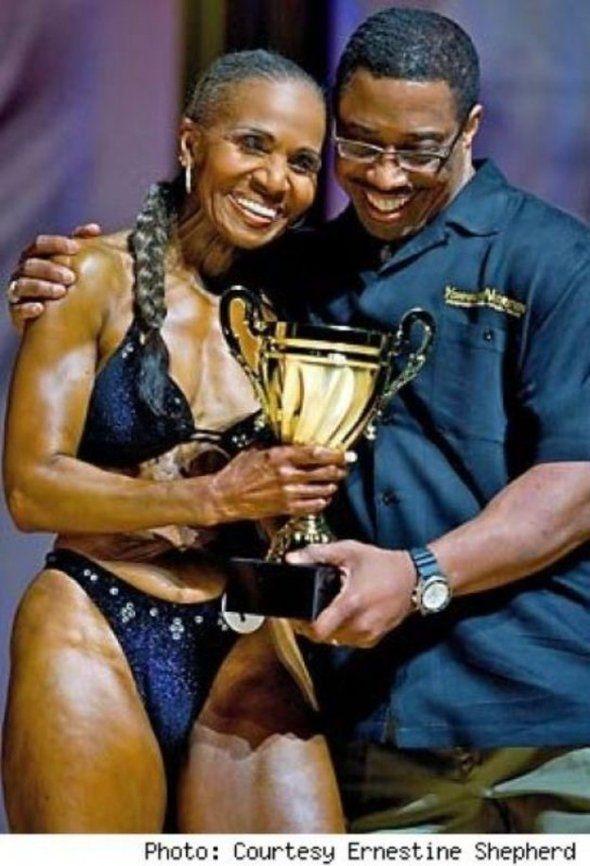Ernestine Shepherd mag zichzelf de oudste actief bodybuildende vrouw ter wereld noemen. Dat is op zich al indrukwekkend, ware het niet dat Ernestine pas vier jaar geleden begon met bodybuilding: op een leeftijd van maar liefst 71 jaar.Petje af voor deze vrouw. Als wij 71 zijn verwachten we dat onz