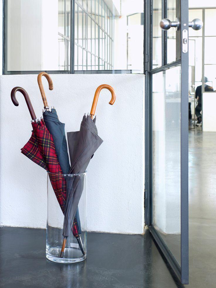 Schirmständer. Auch als dekorative Bodenvase verwendbar. Ausführung: Klarglas, Wandstärke 0,8 cm. Design: Schönbuch Team