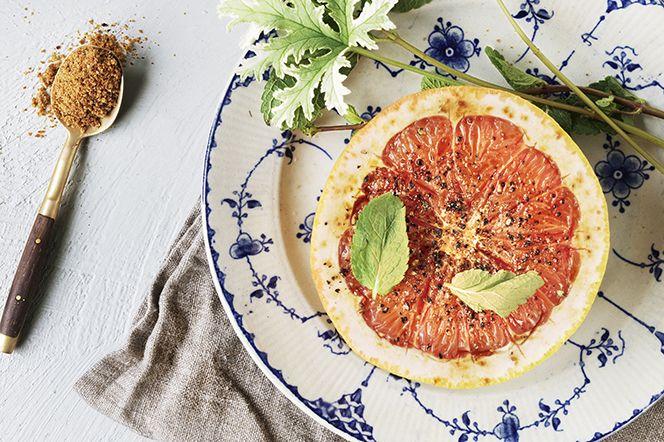 Karamellisera din grapefrukt med kokossocker och svartpeppar!