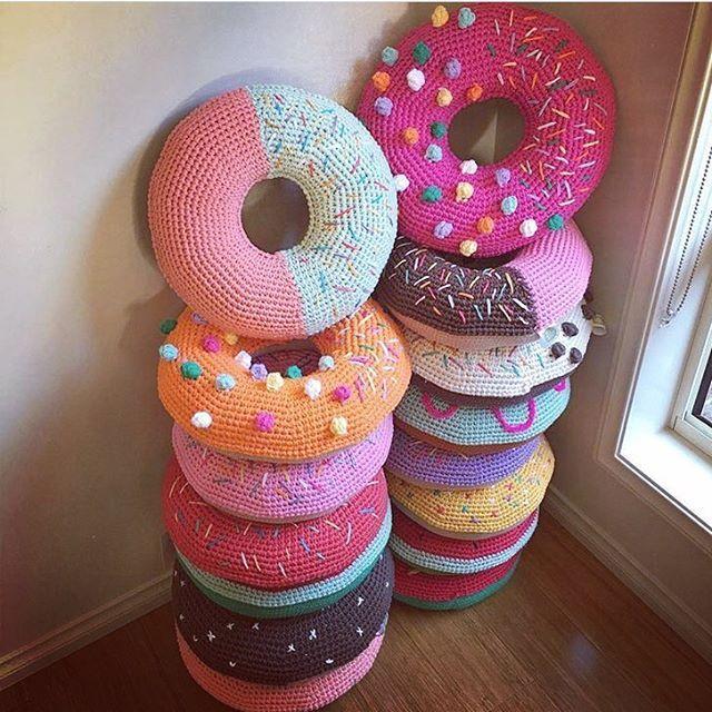 |Fofura| Que tal ficar quentinha com essas almofadas fofas em formato de Donuts?!