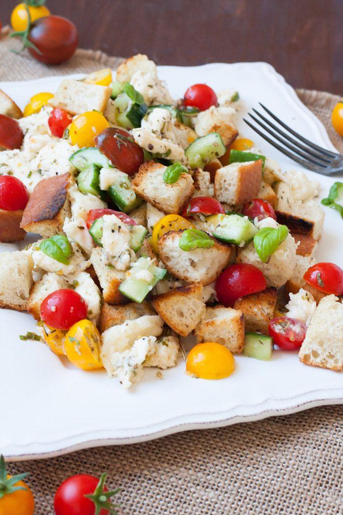 Panzanella ist ein italienischer Brotsalat der Extraklasse. Diese einfache Variante ist schnell, kunterbunt, verdammt gut. Das perfekte Sommerabendessen!