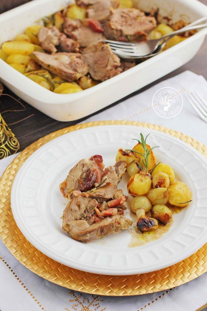 Hoy os traigo uno de mis platos favoritos y más si la que lo cocina es mi madre, cordero al horno, una pierna de cordero deshuesada y rellena de dátiles, tiras de jamón serrano y el aliño. La guarnición la cocinamos a la vez, en esta ocasión unas patatas y cebollitas francesas. Aunque si preparáis