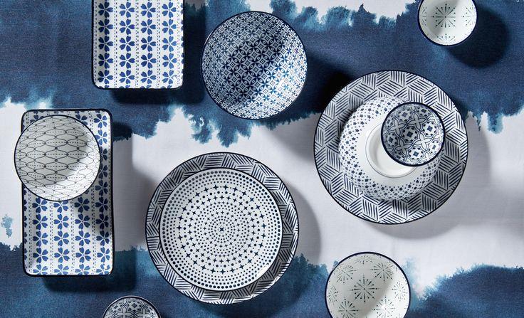 Door je servies te mixen en te matchen krijg je een speels effect op tafel. Kies je servies in dezelfde kleur en varieer met de mooiste prints! #blauw #eettafel #eetkamer #aantafel #servies #kwantum
