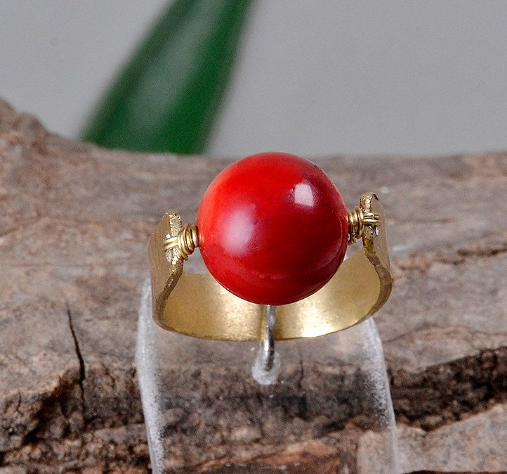 Red coral ring, gold toned ring, pinky finger ring,brass red ring, hammered coral ring, one stone ring, ring finger ring, big red stone ring by ColorLatinoJewelry on Etsy