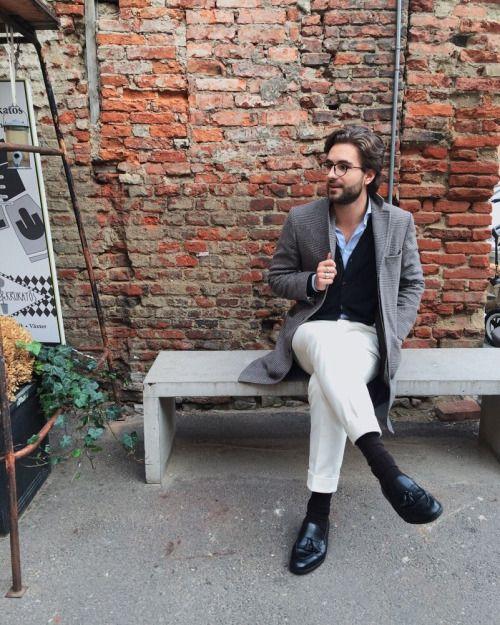 2015-11-11のファッションスナップ。着用アイテム・キーワードは30代, カーディガン, コート, シャツ, タッセルローファー, チェスターコート, メガネ, ローファー, 白・ホワイトパンツ, 青シャツ,etc. 理想の着こなし・コーディネートがきっとここに。| No:130864