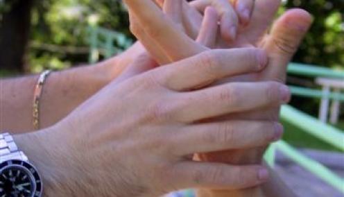 Il volontariato: una vita di impegno    Ci sono persone che hanno scelto di dedicare parte del loro tempo libero per aiutare le persone sordocieche. Sono i volontari della Lega del Filo d'Oro. Le loro vite si intrecciano con quelle di tanti bambini e adulti. I loro occhi e le loro orecchie diventano per chi non vede e non sente una porta aperta sul mondo.