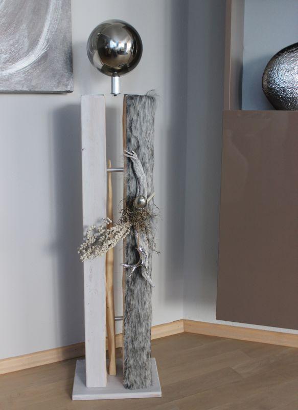 GS88 - Große gespaltene Säule in drei Teilen! UNIKAT! Große gespaltene Säule weiß gebeizt, dekoriert mit Kunstfell, einer silberfarbenen Eichel, einem kleinem Hirschgeweih und natürlichen Materialien! Preis 109,90€ Höhe ca 105cm