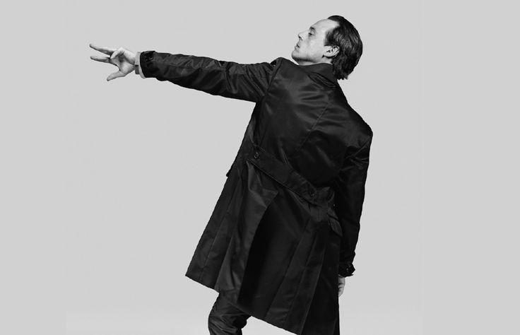 Retratos minimalistas con líderes masculinos son la esencia de la nueva campaña de Prada.
