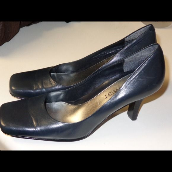 Nine West navy blue pumps Nine West navy blue women's pumps. Size 6 Medium. Only worn a few times. In excellent condition. Nine West Shoes Heels