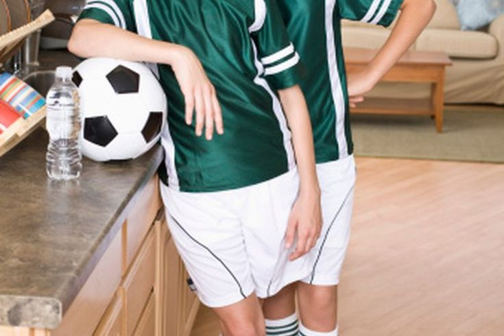 ¿Cuándo avanzan los niños a pelotas de fútbol de tamaño 5?. El tamaño estándar de las pelotas para los jugadores jóvenes es de 3, 4 o 5. Usar el tamaño apropiado permite a los niños a desarrollar sus habilidades con las pelotas de fútbol de correcta proporción. Si es necesario, pide al personal de ...
