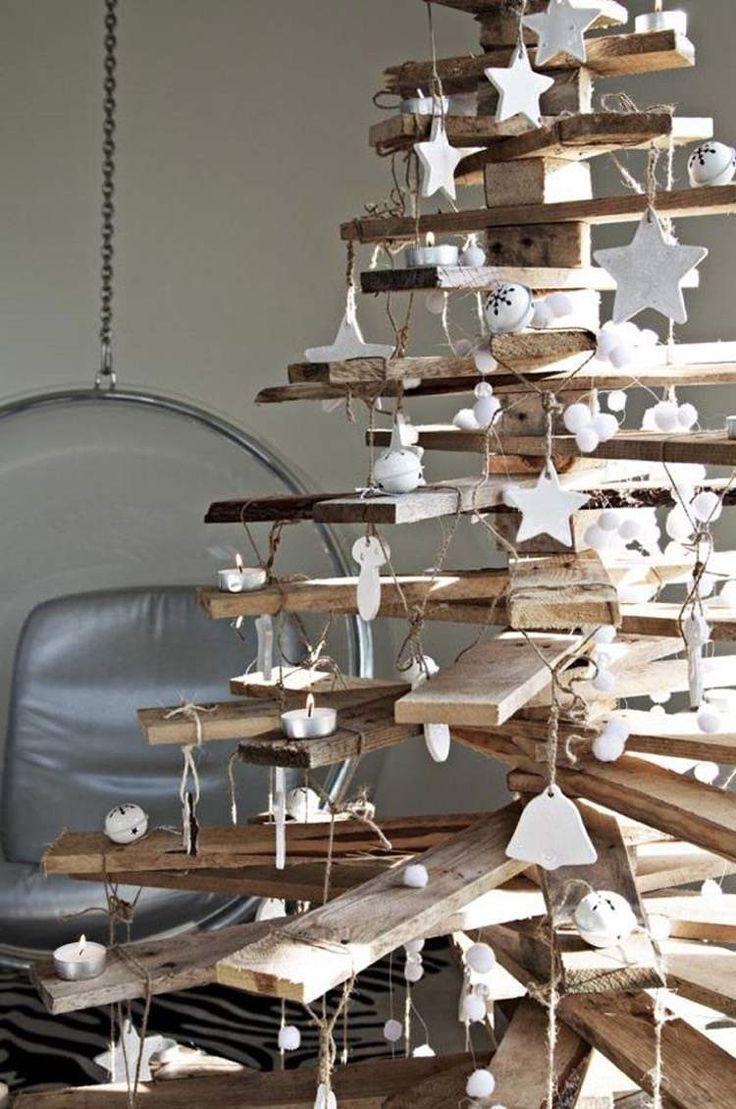 sapin de Noël en bois de style rustique, décoré détoiles, grelots ...