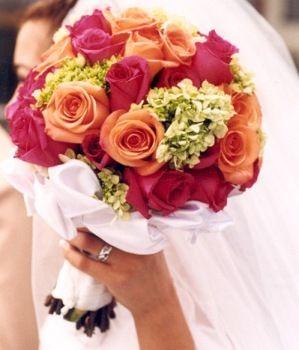 Bonito ramo de rosas rojas, las llamadas rosas de la pasión y naranjas.