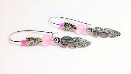 Boucles d'Oreilles Argentées et Rose composées  d'une Breloque en forme de Plume en métal Argenté  d'une Perle en métal Argenté en forme de Hibou de Perles de Verre de cou - 19981492