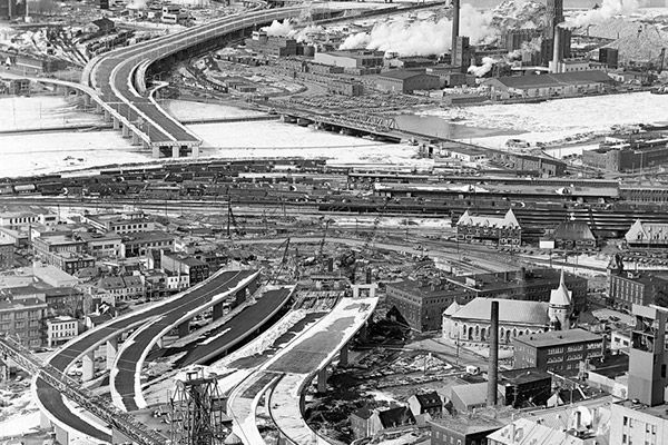 Prise en 1975, la vue aérienne de la construction des bretelles de l'autoroute…