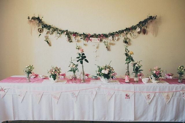 Dekoration Brauttisch Vintage - Vintage Hochzeit am Meer von Ali Paul | Hochzeitsblog - The Little Wedding Corner