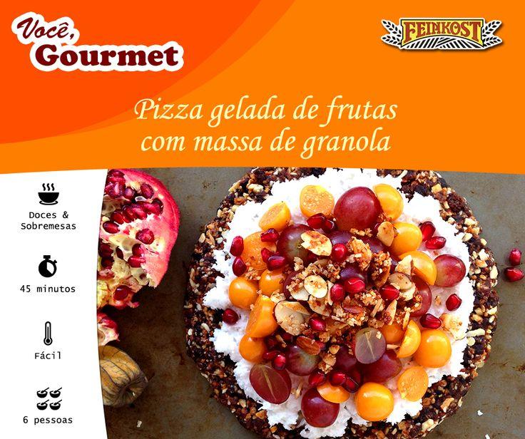 A estrela deste frutado café da manhã é a pizza! Uma pizza super saudável com recheio de frutas e massa de granola crocante.