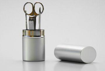 Przyjrzyj się temu koniecznie http://paznokcie.blogstream.pl/malowanie-paznokci-spraw-aby-lakier-trzymal-sie-dluzej/