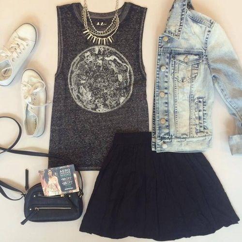 pollerta negra, musculosa gris, campera de jeans, zapatillas blancas, cartera negra