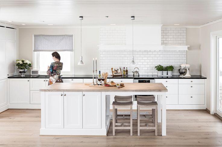 Kjøkkenøy med fire (+ to) sitteplasser.