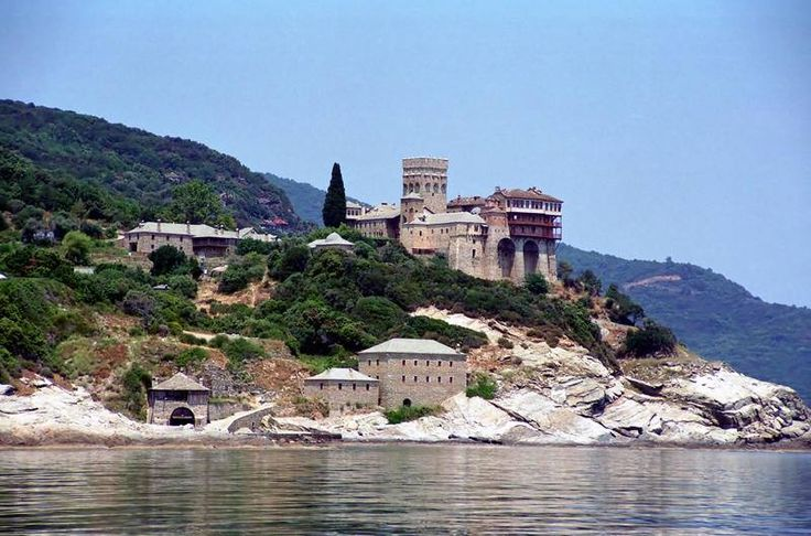 Ιερά Μονή Σταυρονικήτα. Γενική άποψη από τη θάλασσα - Holy Monastery of Stavronikita. General view from the sea.