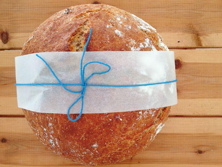 Grydebrød. 1 brød: 5 dl koldt vand Gær på størrelse med en ært (eller 1 tsk. tørgær) 5 dl fuldkornshvedemel, grahamsmel eller anden fuldkornsmel 5 dl hvedemel 1 tsk. salt