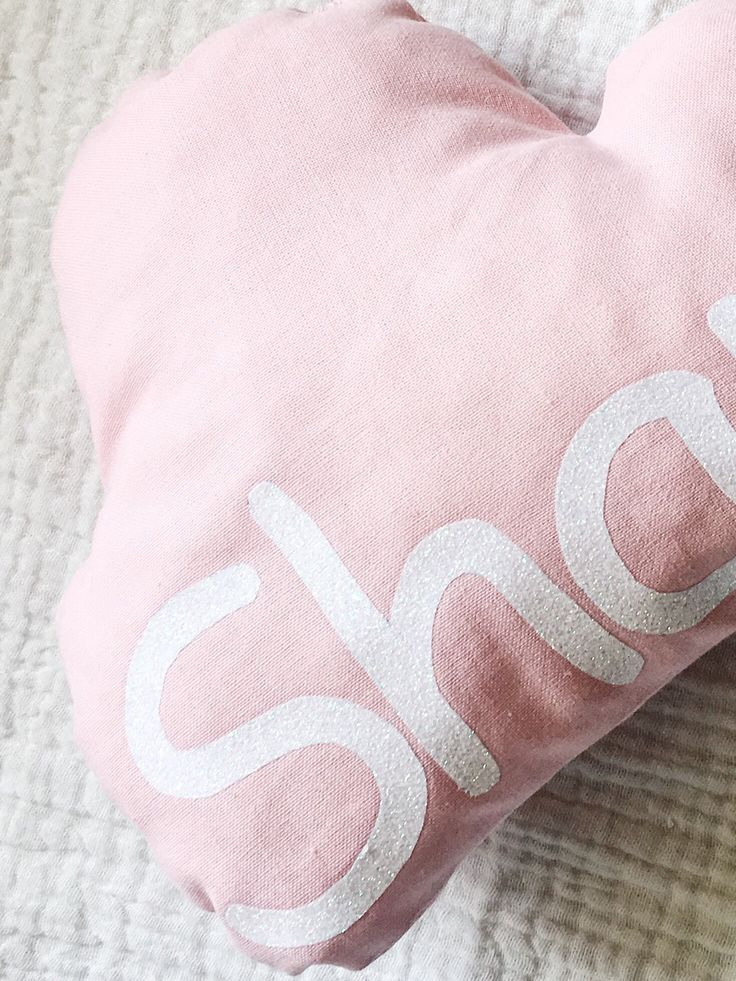 Coussin nuage rose personnalisé avec prénom via Baby_adventures. Click on the image to see more!