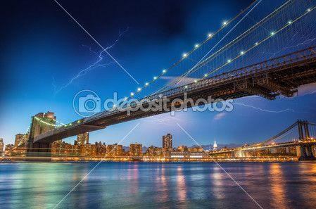 Nachtelijke hemel boven brooklyn bridge en manhattan bridge - new york — Stockbeeld #28186619
