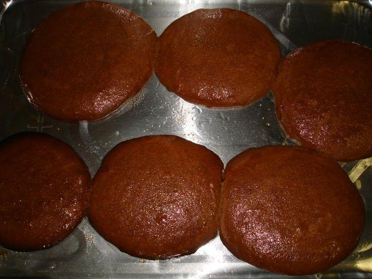 Catalinas (Venezuela) Cucas (Colombia) Ingredientes: 1/2 taza de agua 1/4 de kilo de papelón en trocitos y 6 clavos de especia para hacer 1 taza menos 2 cucharadas de melado ...