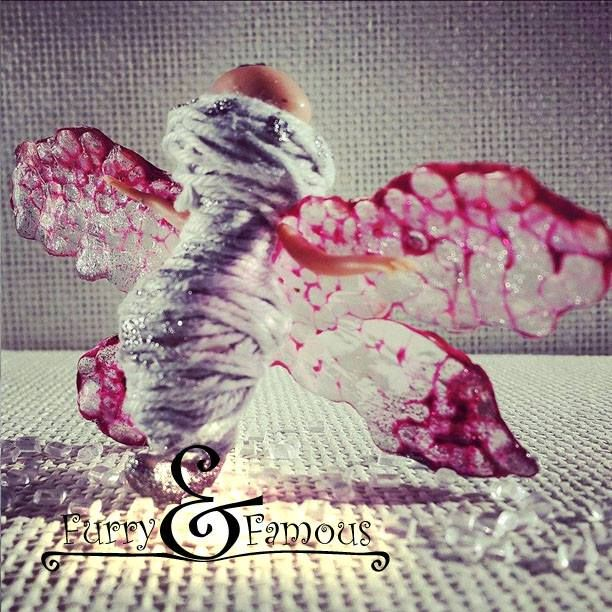 #кокон #бабочка #мотылек #cocoon #butterfly #moth #clay #polymerclay #arts #handmade #sculpture #miniature #doll #grey #pink #red #wings #transparent #insects #white #furry_and_famous