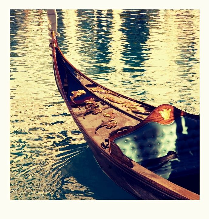 Plavba na gondole. Pokocháte se Prahou na jedinečné, opravdové gondole, na které poplujete pod Karlovým mostem a v kanálech Pražských Benátek