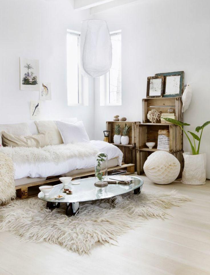 Dans ce salon cosy, palettes et caisses récupérées, apportent une touche brute à la déco.
