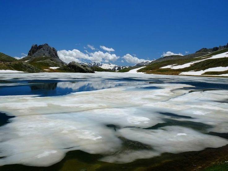 A deux pas du parc national du Mercantour et de la frontière italienne, le sentier débouche sur le superbe lac du Roburent, l'une des perles des Alpes. Randonneur expérimenté, Bernard Rousseaux vous emmène parcourir les spectaculaires paysages de la Vallée de l'Ubaye : http://www.geo.fr/voyages/vos-voyages-de-reve/alpes-randonnee-dans-la-vallee-de-l-ubaye