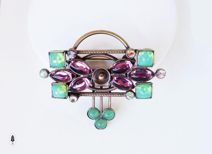 Opera+Brož+ve+stylu+artdeco+je+jemná,+lehkáa+proto+má+všestranné+použití+k+zdobení+oděvu.+Vyrobeno+za+pomocíklasických+zlatnických+a+pasířských+technik,+lepenímskleněných+kamenů.Šperk+jepatinovanýdo+podoby+starobronzu+a+nakonecjemně+přelakovaný.+Velikostí+5+x+4,5cm.+oTombak+je+lepší+mosaz.+oMoje+doporučení,+aby+Vám+šperky....+Originál+J-J