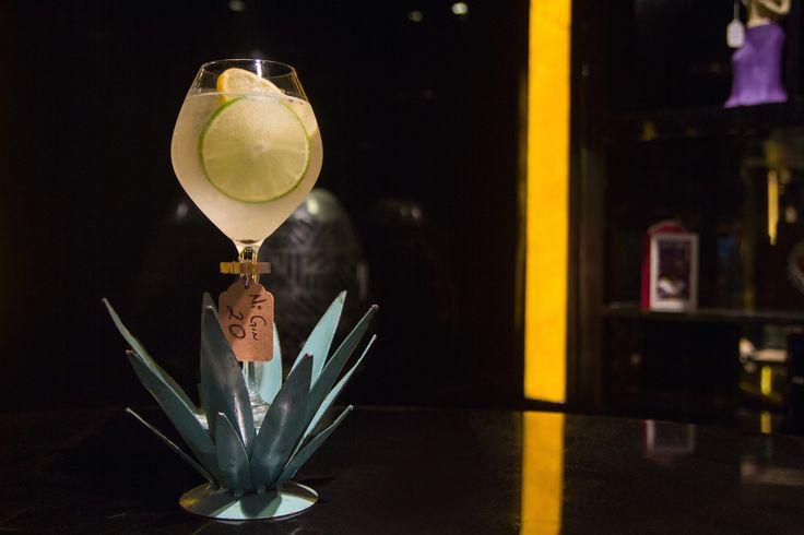 Receta del coctel Gin La 20: Ingredientes: Tanqueray No. Ten® Gin, Jugo de limón amarillo, Jarabe natural, Cardamomo, Agua tónica y Limón amarillo.
