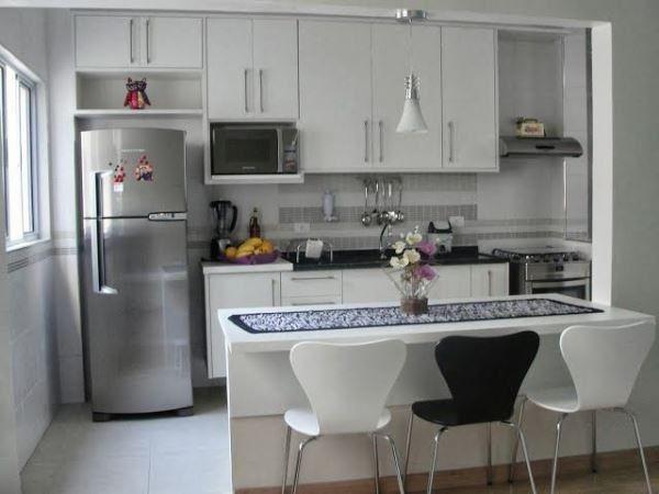 A cozinha branca dá a sensação de amplitude. (Foto: Divulgação)
