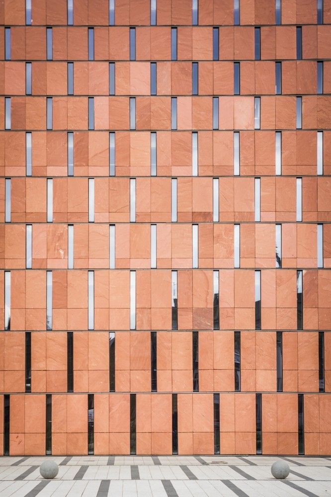 Conjunto de brises ou objetos ritmados que variam seu ritmo . CINiBA / HS99 a unique combination of rectangular forms creates a dynamic archtiectural pattern