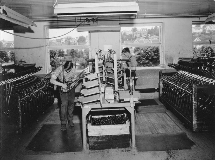 To arbeidere ved krankmoneringen i monteringsavdelingen i sykkelfabrikken til Jonas Øglænd AS i Solaveien | Ludvigsen, Ludvig