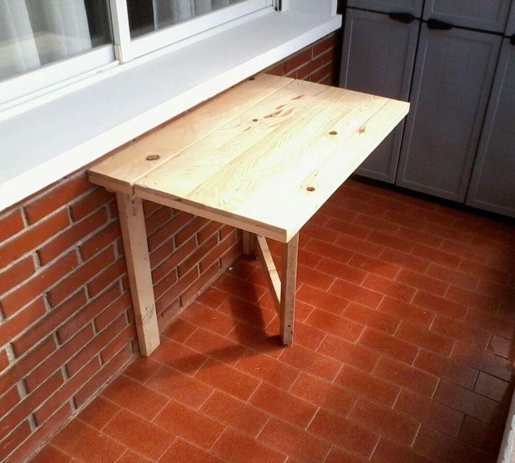 Mesa plegable para terraza hecha con madera reciclada de palets