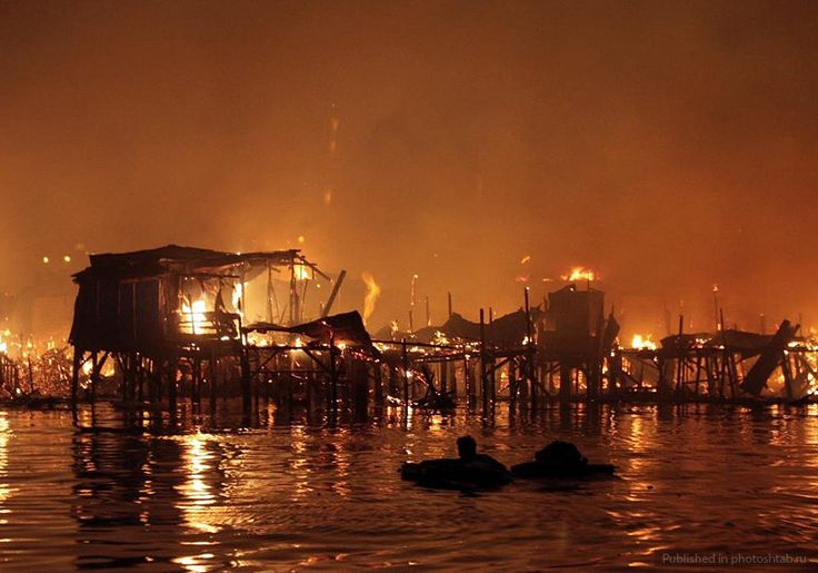 На фото: Догорающие развалины в трущобах Манилы, Филиппины.