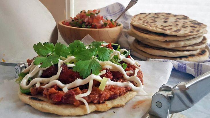Reneé Fagerhøi deler et matminne fra Mexico. Det er tykke og luftige tortillalefser toppet med bønnekrem, stekt chorizo, pico de gallo, ost, rømme, vårløk og koriander. Pico de gallo er en salat med tomater, chili og løk.